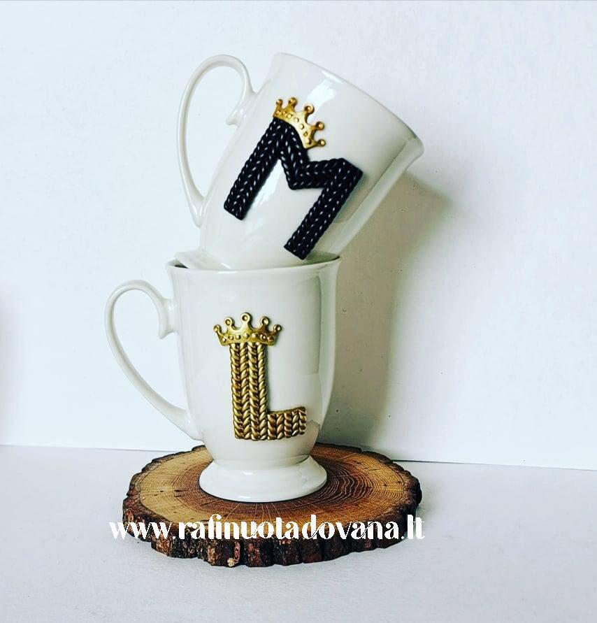 Dekoruotas puodelis su raide ir karūna