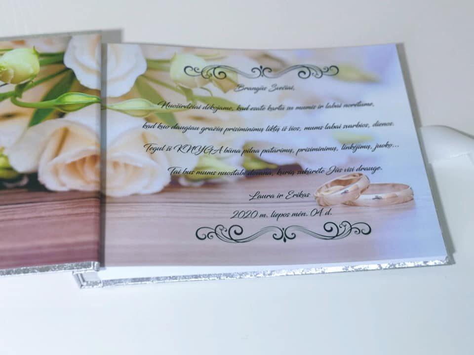 Sidabrinė knyga su gėlėmis priešlapiuose