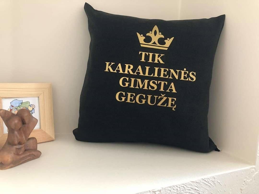 Dekoratyvinė pagalvėlė Tik karalienės gimsta...
