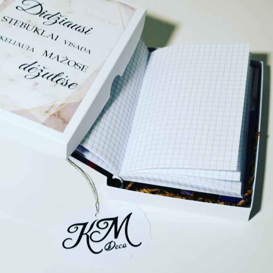 Rinkinys: užrašų knygelė (su nuotraukomis ant viršelio) dėžutėje, puodelio ir šaukštelio komplektas