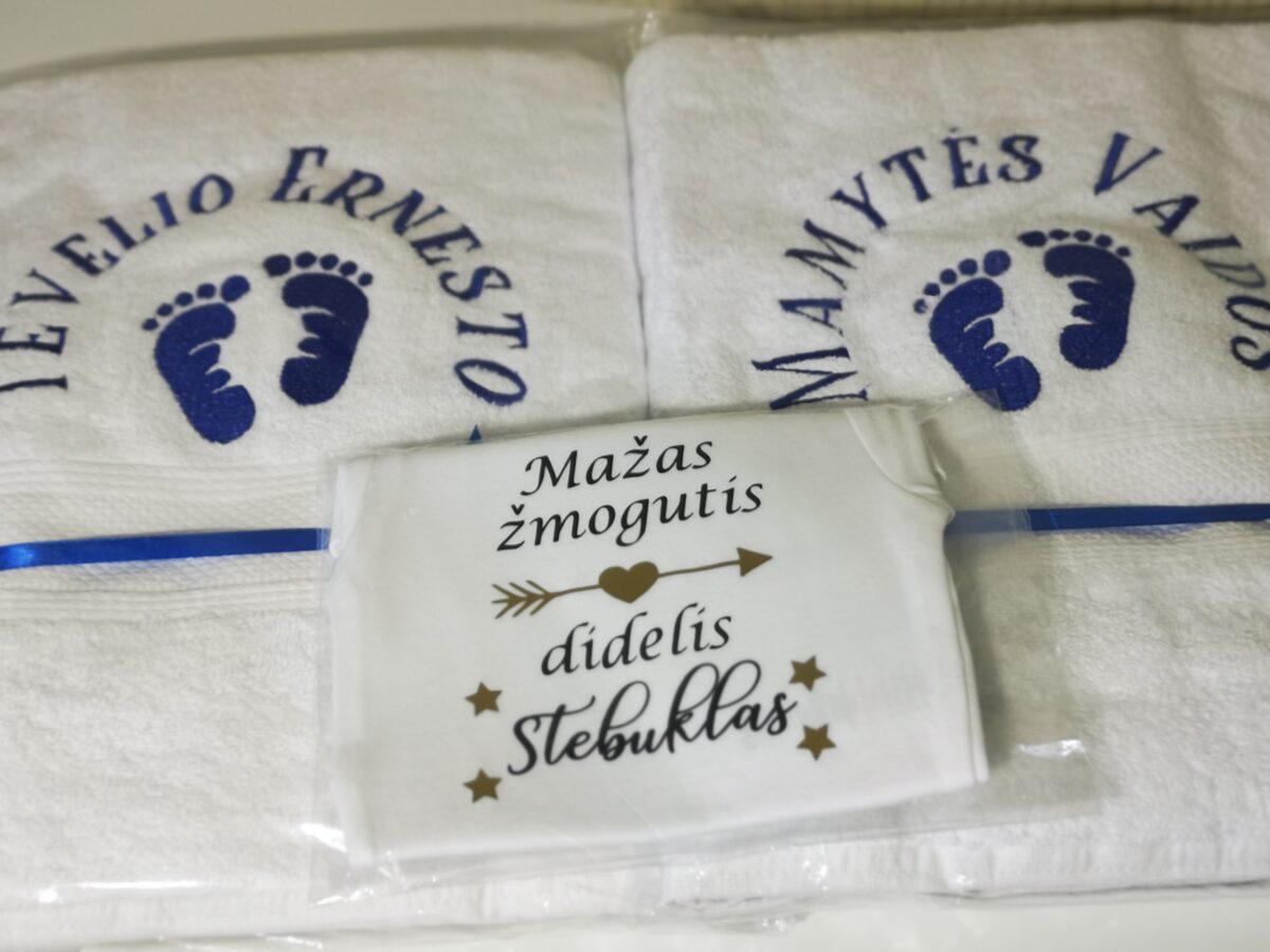 Siuvinėti rankšluosčiai ir smėlinukas
