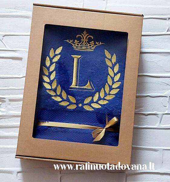 Siuvinėtas rankšluostis su aukso raide ir karūna