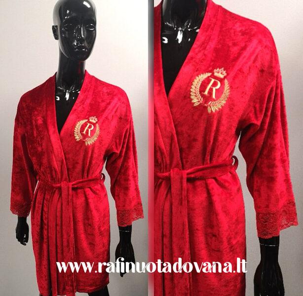 Raudonos spalvos chalatas su siuvinėta raide ar inicialais