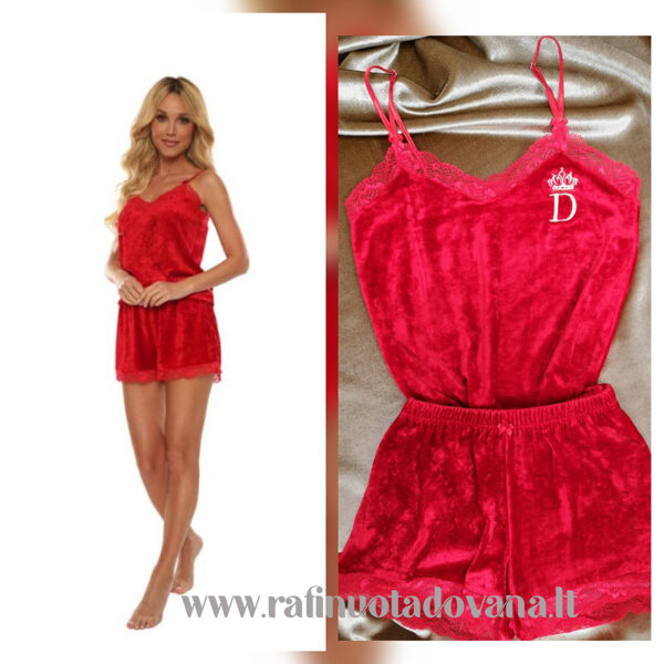 Raudonos spalvos pižama su siuvinėta raide ar inicialais