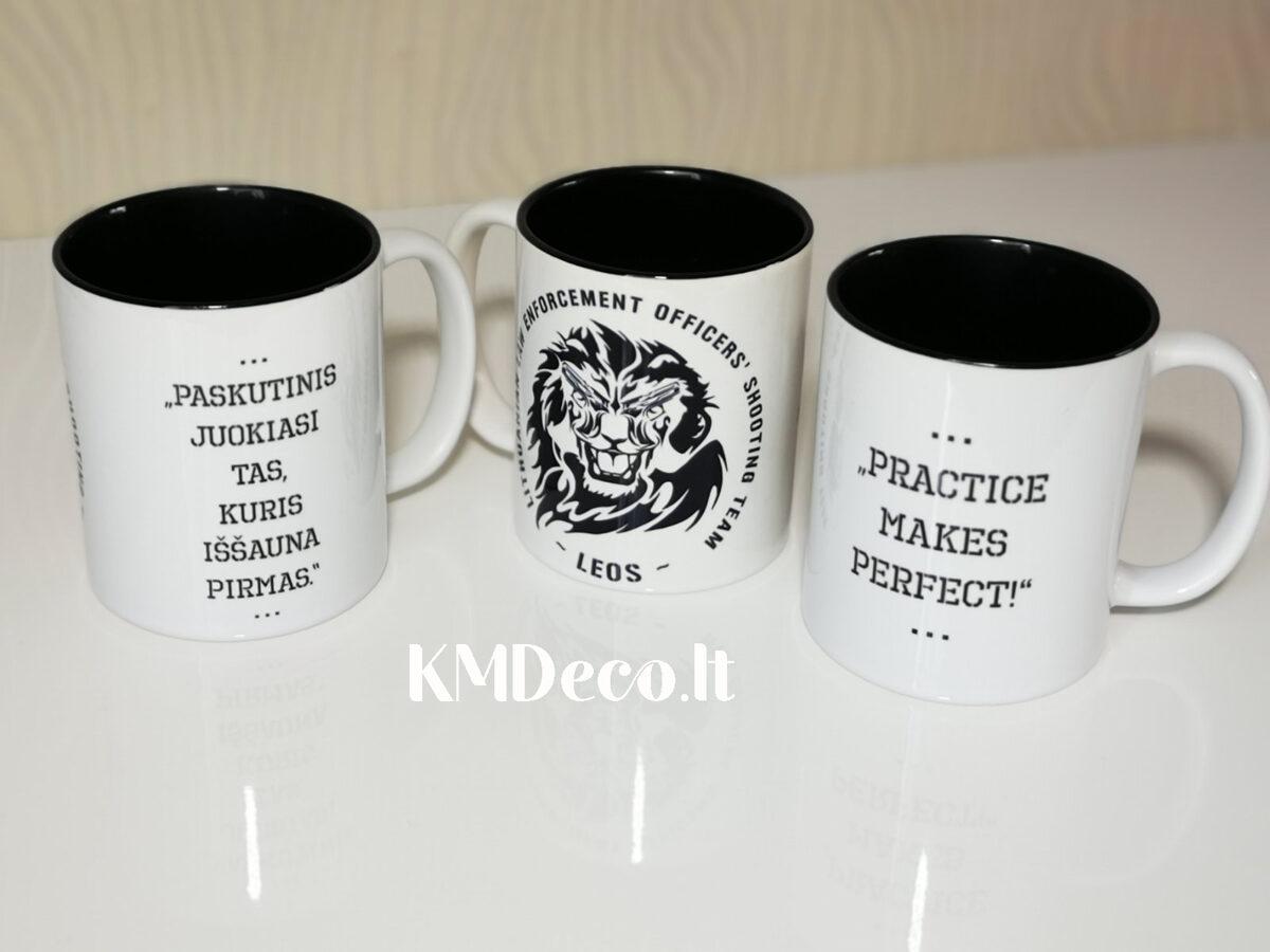 Juodas puodelis su logotipu