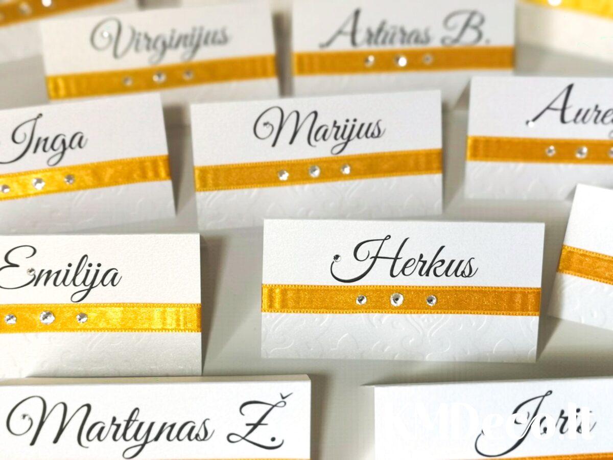 Stalo kortelės su aukso detalėmis